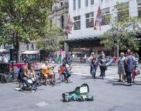 招待在Bourke街购物中心,墨尔本,澳大利亚的卖艺人 库存图片
