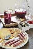 招待用红色桑格里酒和党开胃小菜 库存图片