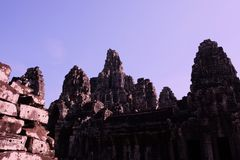 拜伦巨大的古庙在柬埔寨 中世纪寺庙在印度支那 古老文明建筑艺术  Bayon 库存照片