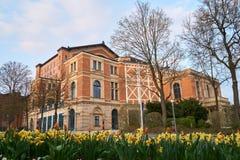 拜罗伊特华格纳日落的节日剧院与春天在前景开花 免版税库存照片