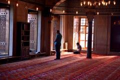 崇拜蓝色清真寺仪式在祷告,伊斯坦布尔,土耳其人集中了 免版税库存图片