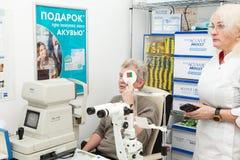 拜访一位眼科医生 免版税库存图片