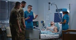 拜访他们的家伙的战士在医院 影视素材