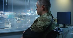 拜访他们的家伙的战士在医院 股票录像