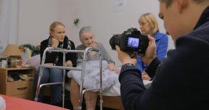 拜访年长祖母和拍与她的家庭照片 股票视频