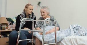 拜访年长祖母的成人孙女在医院 股票视频
