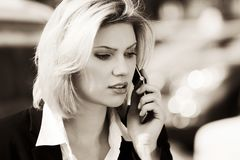 拜访手机的时装业妇女室外 图库摄影