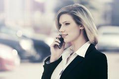拜访手机的时装业妇女室外 库存照片