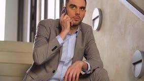 拜访智能手机的商人在办公室台阶 影视素材