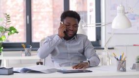 拜访智能手机的商人在办公室 股票视频