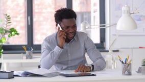 拜访智能手机的商人在办公室 影视素材