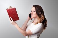 拜访智能手机的女实业家在办公室 库存图片