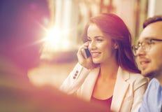 拜访智能手机的女实业家在办公室 免版税库存照片