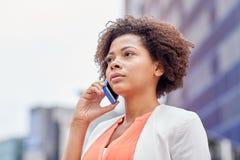 拜访智能手机的非洲女实业家 库存图片