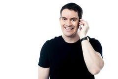 拜访电话的偶然微笑的人 免版税库存照片