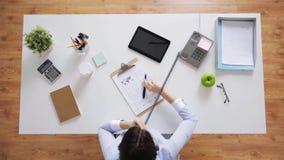 拜访电话的女实业家在办公桌 股票视频