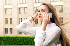 拜访电话的妇女 免版税图库摄影