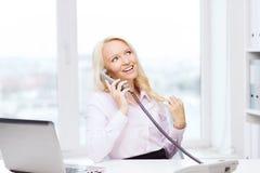 拜访电话的微笑的女实业家或学生 免版税库存照片