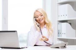 拜访电话的微笑的女实业家或学生 图库摄影