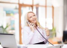 拜访电话的微笑的女实业家或学生 免版税库存图片