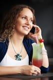 拜访电话的愉快的妇女 免版税库存图片