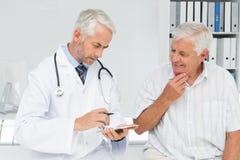 拜访医生的男性资深患者 免版税库存图片