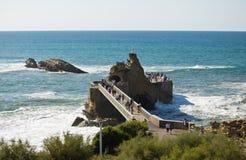 拜访rocher de la vierge,比亚利兹,巴斯克国家,法国的游人 免版税图库摄影