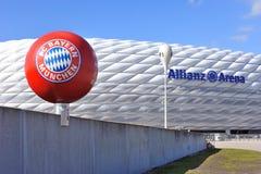 拜仁慕尼黑足球俱乐部标志和道路向安联球场stadi 库存图片