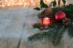 拟订与冷杉和圣诞节球的概念在木背景 库存图片