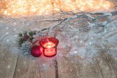 拟订与冷杉和圣诞节球的概念在木背景 免版税库存图片