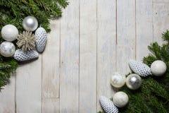 拟订圣诞节问候的概念在木背景 免版税库存图片