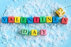 拟订在情人节与文本在颜色木立方体的情人节 构想女性递重点藏品爱红色 免版税库存图片