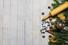 拟订概念冷杉、圣诞节球和圣诞节面包店必需品 库存照片