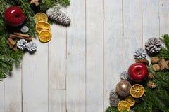 拟订概念冷杉、圣诞节球和锥体在木背景 库存图片