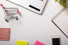 拟订dof重点现有量在线浅购物非常 购物车,键盘,银行卡 免版税库存图片