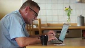 拟订dof重点现有量在线浅购物非常 领抚恤金者在厨房里喝茶并且通过互联网付他的帐单 现代技术 股票视频
