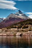 围拢冰川佩里托莫雷诺的山 免版税库存图片