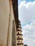 围拢在Bijapur卡纳塔克邦的Golgumbaz 免版税图库摄影