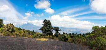 围拢火山阿瓜-从高海拔的全景远景的云彩在危地马拉 库存图片