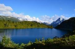 围拢由山的湖。 免版税库存图片