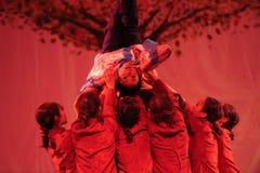 围拢由这农村老妇人舞蹈2011舞蹈课毕业音乐会党 库存照片