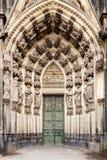 围拢科隆大教堂的西部入口的雕象,德国 库存图片