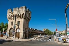 围拢阿维尼翁的市中心一个入口、塔和墙壁看法  库存照片