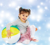 拥抱一个大球的小女孩 图库摄影