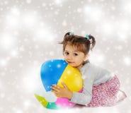 拥抱一个大球的小女孩 库存图片