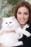 拥抱一只白色波斯猫的女孩 库存照片