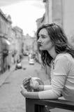 拥抱一套圆的发光设备的年轻美丽的女孩,当走老市的街道利沃夫州时 库存照片