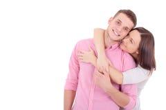 拥抱一对年轻的夫妇一起站立和 免版税图库摄影
