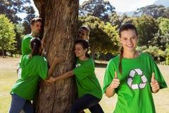 拥抱一棵树的环境活动家在公园 库存图片