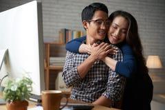 拥抱丈夫的妻子 免版税图库摄影